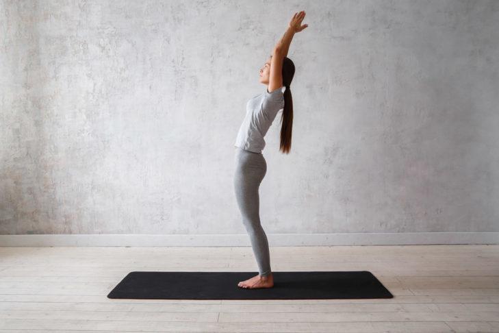 Tadasana - wyprostowana postawa ciała - jest punktem wyjścia wielu ćwiczeń jogi.