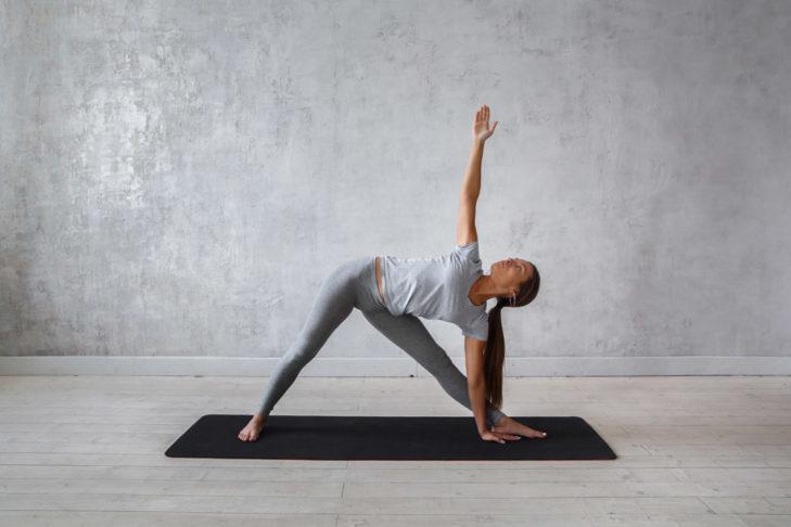 Trójkąt wzmacnia mięśnie ud, zapewnia elastyczność bioder, pleców i łydek.