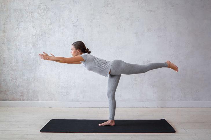 Wojownik III wspaniale ćwiczy równowagę i wzmacnia mięśnie brzucha, pleców, nóg i ramion.